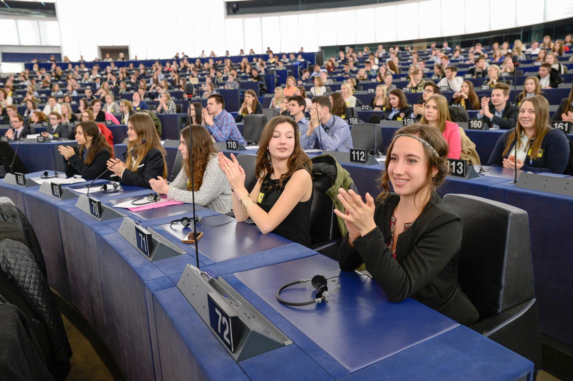 """Europa ne ajută să ne dezvoltăm - Proiectul CALIFICAS promovat prin Concursul EUROSCOLA Colegiul Național """"A. I. Cuza""""  Alexandria - EU4Rgrowth"""